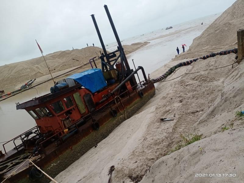Muara Pelabuhan Perikanan Sungailiat Tertutup Pasir, 2 Unit Kapal Nelayan Pecah