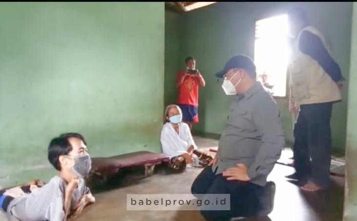Gubernur Serahkan Bantuan kepada Penyandang Disabilitas Warga Desa Batu Itam