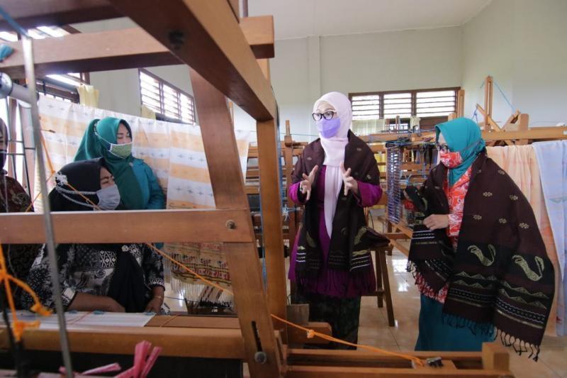 Gairahkan Tenun Cual Beltim, Ketua Dekranasda Melati Kunjungi Rumah Produksi