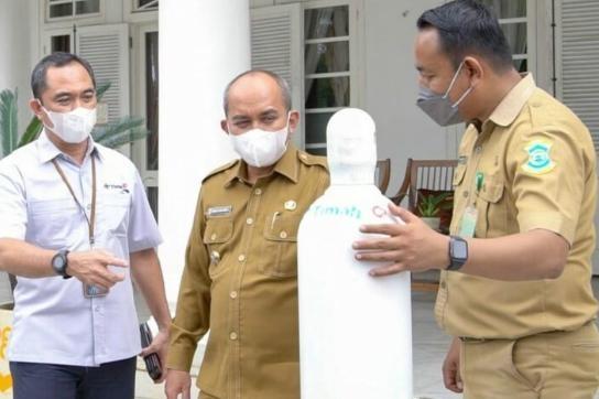 Walikota Terima Bantuan 100 Tabung Oksigen Dari PT Timah Tbk