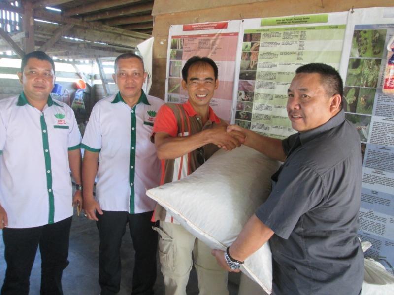 Penyerahaan Bibit Kacang Tanah Dari Ketua Koperasi Lada Babel ke Petani Binaan Pemuda Tani HKTI Babel