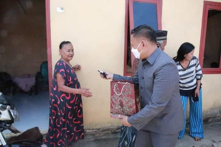 Ketua DPRD Bagikan Masker Ke Jamaah Masjid Baitul Hasanah