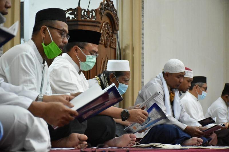 Gubernur ajak warga kampung melintang makmurkan masjid .