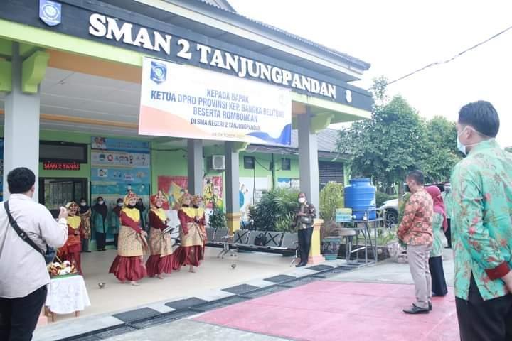 Kunjungi SMAN 2 Tanjung Pandan Ketua DPRD Motivasi Pelajar dan Bagikan Hadiah