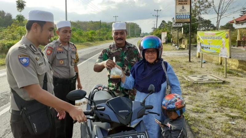 """Kapolsek dan Babinsa TNI """"Jegat"""" Pengendara untuk Bagikan Takjil Gratis"""