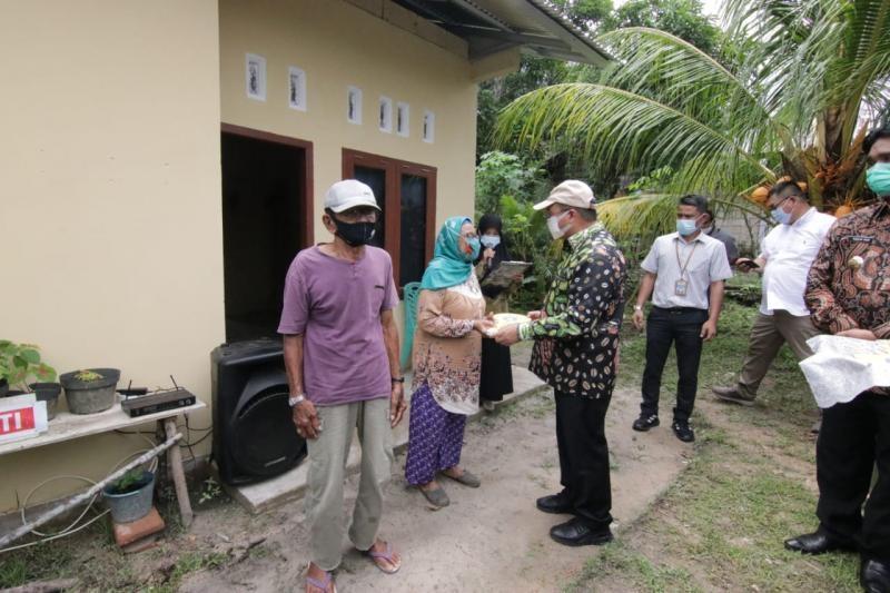 Gubernur Erzaldi Serahkan Rumah Layak Huni Pada Masyarakat Belitung Timur