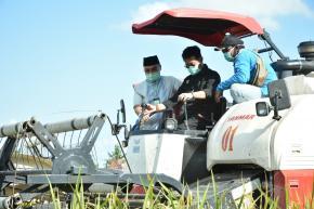 Menteri Pertanian RI Lakukan Panen Raya di Desa Rias