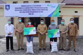 Masyarakat Air Belo Terima Kartu BPJS Ketenagakerjaan Dari Gubernur Erzaldi
