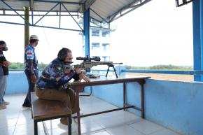 Di Lapangan Tembak AWR Buding, Gubernur Jajal Senapan Sniper
