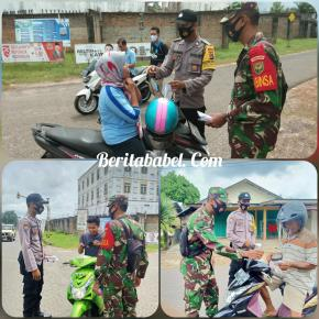 Antisipasi Penyebaran Covid-19 Babinsa dan Bhabinkamtibmas Membagikan Masker Kepada Warga Binaannya  Kelapa Kampit, (Kodim 0414/Belitung)