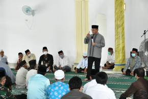 Safari Jumat di Masjid Al-Musaadah Batu Betumpang, Gubernur Erzaldi Bagikan Bantuan