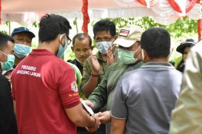 Kelompok Tani Hutan Terima Bantuan Bibit Kepiting Bakau