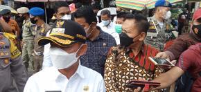 Ketua DPRD Privinsi Babel Ikut Bagikan Masker Di Pasar Kite