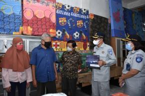 Wagub Babel Bersama Jasa Raharja Serahkan Santunan Korban Sriwijaya Air
