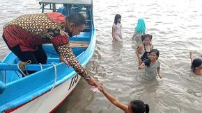 Ketua DPRD Herman Suhadi Sapa Anak-Anak Pulau Nangka, Sekolah Yang Rajin Dan Bagikan Uang