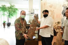 Kunjungi Tins Gallery, Gubernur Erzaldi serahkan Alat-Alat Tradisional Babel