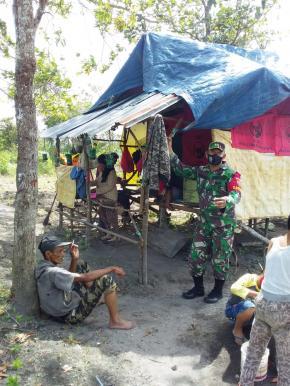 Babinsa Koramil 414-01/Tanjungpandan Mengajak Warga Desa Manfaatkan Lahan Kosong Untuk Bercocok Tanam
