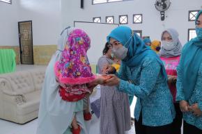 Ibu Melati Erzaldi Bagikan Makanan Tambahan Berbasis Pangan Lokal
