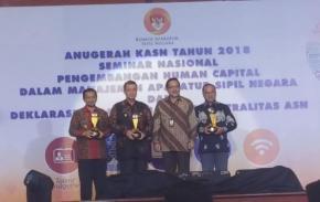Gubernur Erzaldi Rosman Terima Anugerah KASN 2018
