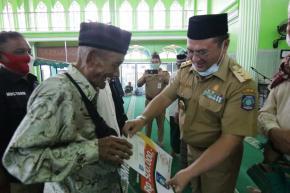 Melalui PT Pos, Gubernur Erzaldi Serahkan Bantuan Sosial Baznas ke Warga Kelurahan Dul