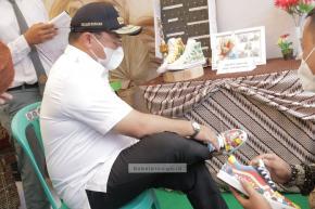 Gubernur Erzaldi Beli Sepatu Buah Kreativitas Siswa