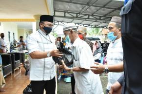 Gubernur Erzaldi Bagikan Paket Sembako Pada Masyarakat Sekitar Jalan Girimaya