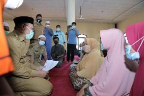 Gubernur Serahkan Santunan Kepada Para Mustahik di Desa Jelutung