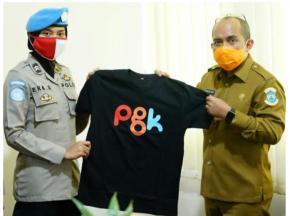 Molen Menitipkan Kaos PGK Kepada Warga Sudan
