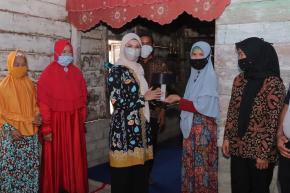 Ibu Melati Erzaldi Serahkan Cetakan Kopiah Resam Agar Tercipta Ukuran Baku