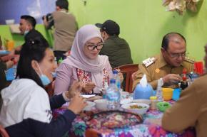 Mi Ayam Kho Atet Hangatkan Pagi Gubernur Erzaldi Sebelum Bersilaturahmi