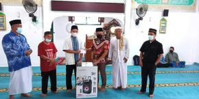 Ketua DPRD Herman Suhadi Sisihkan Rejeki Di Masjid Ar - Rahman