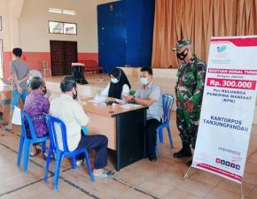 Danramil 414-01/Tanjungpandan Pantau Pemberian Bantuan Sosial Tunai