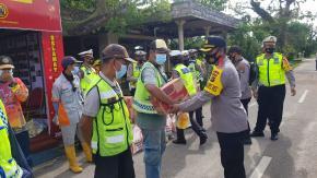 Dalam Rangka Operasi Lilin Menumbing 2020, Wakapolres Belitung Timur Bagi- Bagi Sembako