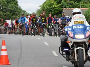 Tampil Keren, Bupati Bangka Gowes Bareng 450 Pesepeda Palawidja Bike